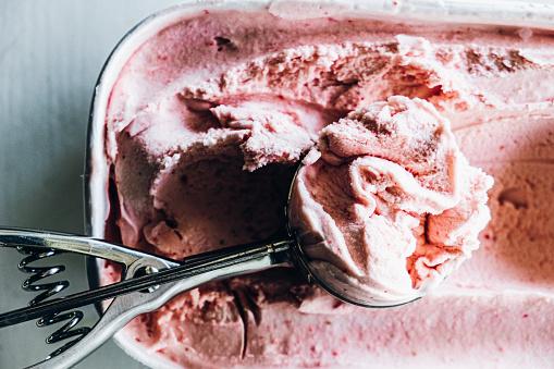 Ice cream「Serving homemade strawberry ice cream」:スマホ壁紙(17)