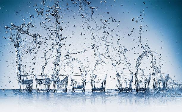 Water splashing from glasses:スマホ壁紙(壁紙.com)