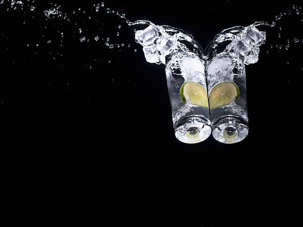 Water splashing from glasses with limes:スマホ壁紙(壁紙.com)