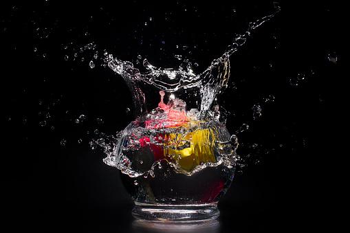 Side View「Water splashing in bowl of water」:スマホ壁紙(3)