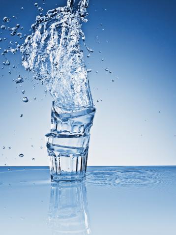 Splashing「Water splashing over stacked glasses」:スマホ壁紙(8)