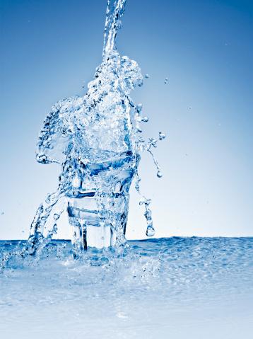 Overflowing「Water splashing over stacked glasses」:スマホ壁紙(3)