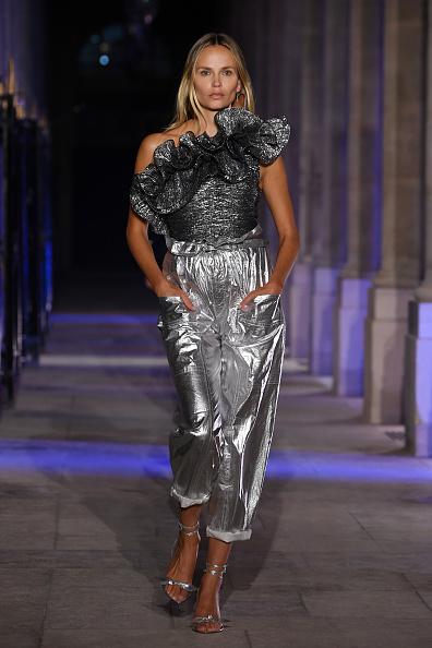 アシンメトリー服「Isabel Marant : Runway - Paris Fashion Week - Womenswear Spring Summer 2021」:写真・画像(5)[壁紙.com]