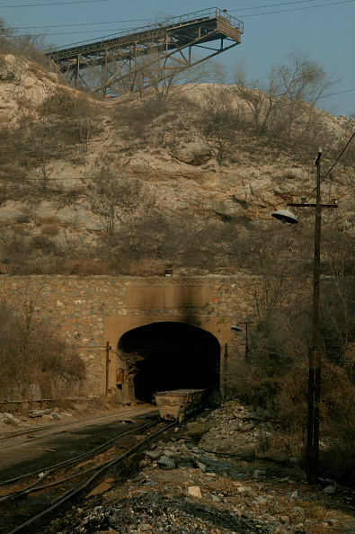 Rake「Beijing limestone at Dahuichang in November 2004 with a rake of tubs being electrically cable hauled into the tunnel for loading through overhead chutes set in the tunnel roof. The conveyor which brings the limestone from the surrounding Lujia hills is v」:写真・画像(12)[壁紙.com]