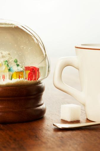 スノードーム「Coffee cup, sugar cube and snow globe on table, close-up」:スマホ壁紙(17)