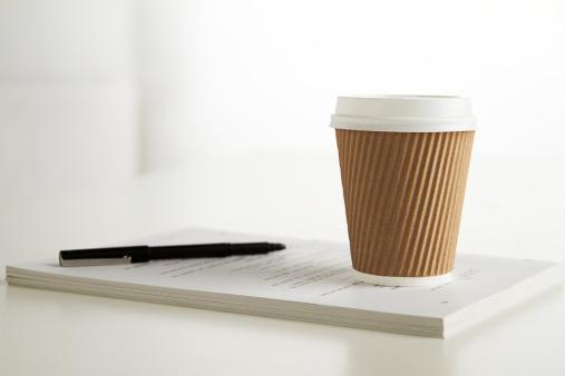 最上部「coffee cup and pen on table in office」:スマホ壁紙(17)