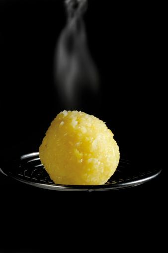 Steamed「Steaming potato dumpling, close-up」:スマホ壁紙(9)