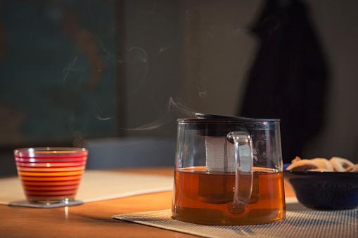 Steep「Steaming pot of tea on table」:スマホ壁紙(5)