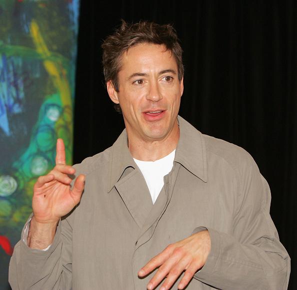 Hand「Robert Downey Jr. CD Singing At Virgin Megastore」:写真・画像(13)[壁紙.com]