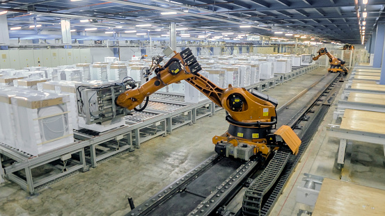 Part of a Series「Robotic arms working on production line」:スマホ壁紙(1)