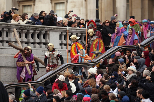 Oli Scarff「Actors Perform The Easter Passion Of Jesus In Trafalgar Square」:写真・画像(2)[壁紙.com]