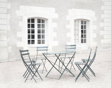 Courtyard「Metal chairs around a table in a courtyard, Paris」:スマホ壁紙(12)
