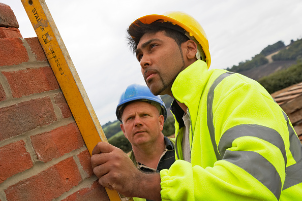Measuring「Bricklayer and foreman checking levels on a house building site, England, UK」:写真・画像(7)[壁紙.com]