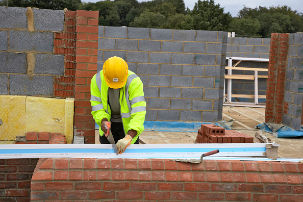 Reflective Clothing「Bricklayer cutting insulation panel for cavity wall House building site, England, UK」:写真・画像(4)[壁紙.com]