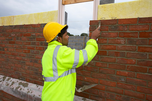 New「Bricklayer smoothing mortar on a newly erected brickwall House building site, England, UK」:写真・画像(2)[壁紙.com]