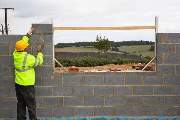 Bricklayer「Bricklayer laying breezeblocks, England, UK」:写真・画像(7)[壁紙.com]