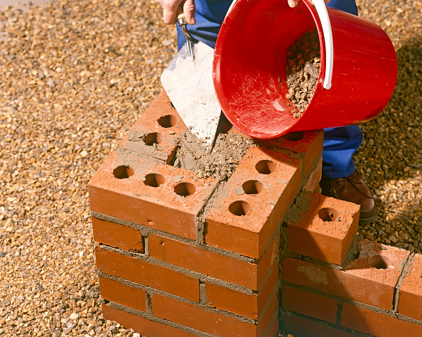 Brick Wall「Bricklayer building a Brickwall」:写真・画像(7)[壁紙.com]