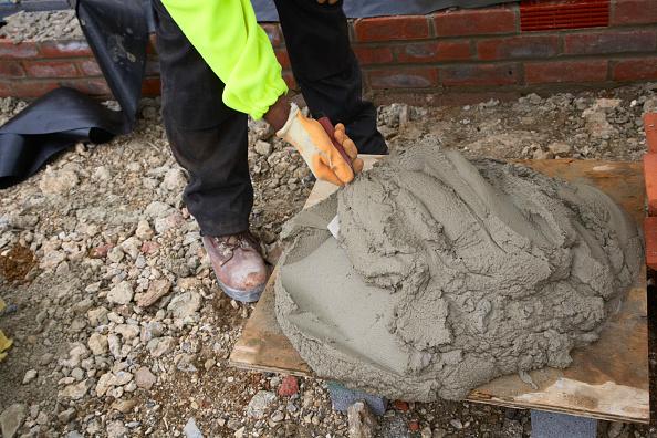 Bricklayer「Bricklayer mixing mortar with trowel」:写真・画像(18)[壁紙.com]