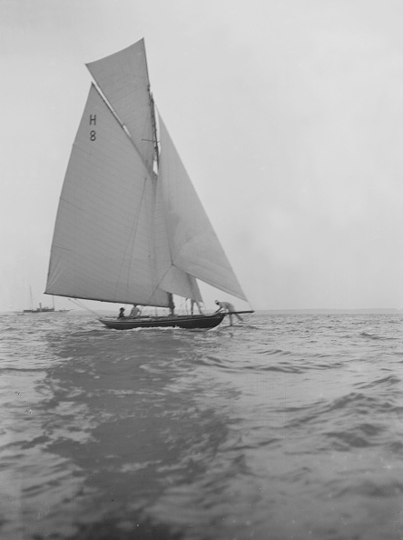 Cutting「Mrs Ga Shenley At The Helm Of The 8 Metre Class Sailing Yacht Spero (H8)」:写真・画像(11)[壁紙.com]