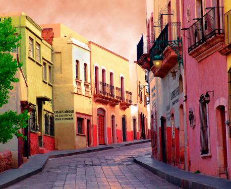 カラフル「Street with mood in Zacatecas Mexico」:スマホ壁紙(13)