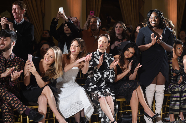 アリシア・シルヴァーストーン「Christian Siriano - Front Row - February 2017 - New York Fashion Week: The Shows」:写真・画像(1)[壁紙.com]