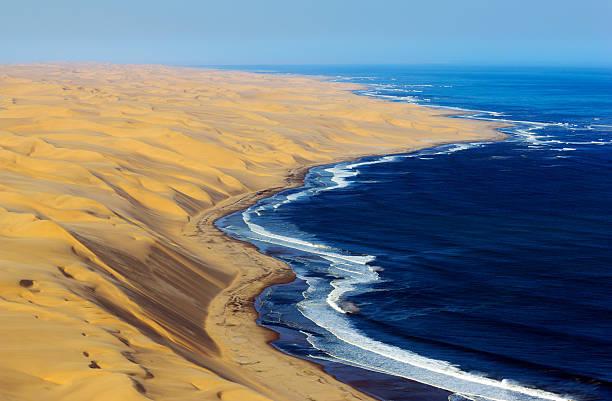 High dunes from Namib Desert and the Atlantic Ocean:スマホ壁紙(壁紙.com)