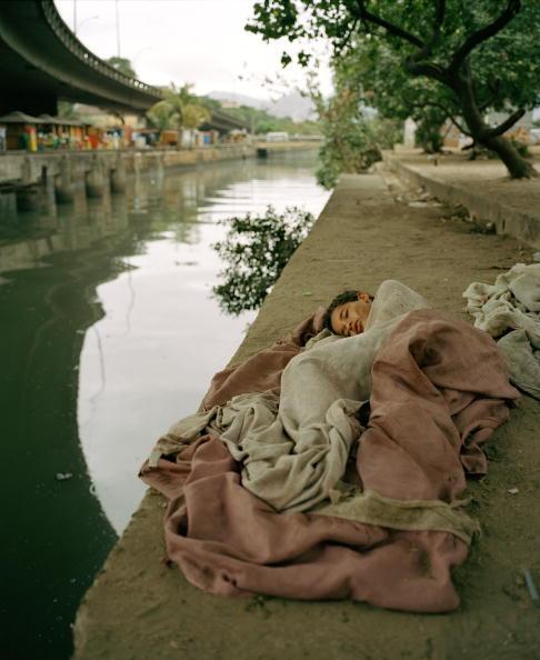 10-11 Years「Brazil, Rio de Janeiro, Rodoviaria, homeless boy (10-11) sleeping at canal bank」:写真・画像(19)[壁紙.com]