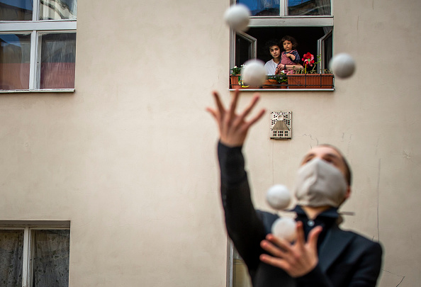 Creativity「Acrobats Entertain Prague Residents Quarantined Due To Coronavirus」:写真・画像(16)[壁紙.com]