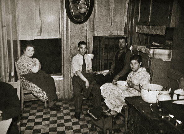 Kitchen「Residents Of A Tenement Henry Street Lower East Side Manhattan New York USA Early 1930s」:写真・画像(16)[壁紙.com]