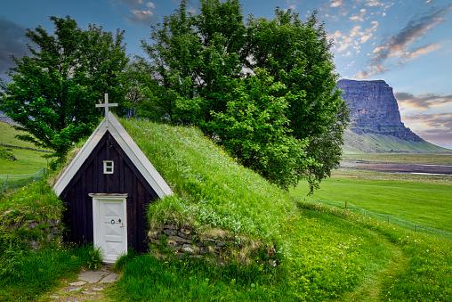 Croft「Núpsstaðakirkja Church with roof covered with grass. Iceland」:スマホ壁紙(19)