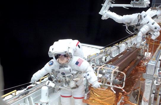 Hubble Space Telescope「Astronauts Conduct Space Walk」:写真・画像(1)[壁紙.com]