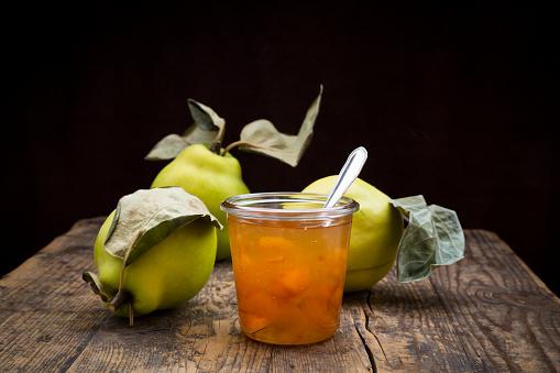 マルメロ「Quinces and a glass of quince jam on wood」:スマホ壁紙(12)
