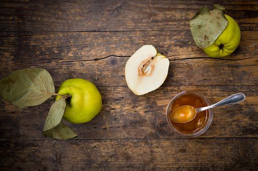 カリン「Quinces and a glass of quince jam on wood」:スマホ壁紙(13)