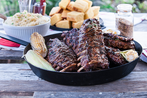 Rib - Food「Pan of barbecue ribs on wooden table」:スマホ壁紙(15)