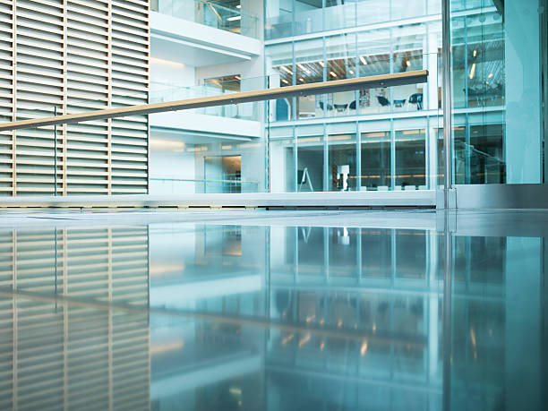 Walkway in modern office building:スマホ壁紙(壁紙.com)