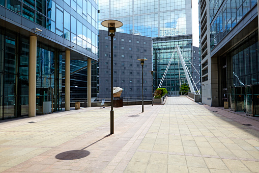昼間「Walkway in La Defense financial district, Paris」:スマホ壁紙(1)