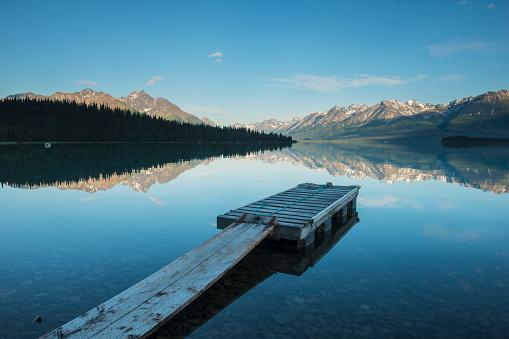 アラスカ「Boat dock at a homestead on Lake Clark in Lake Clark National Park & Preserve, Alaska.」:スマホ壁紙(8)