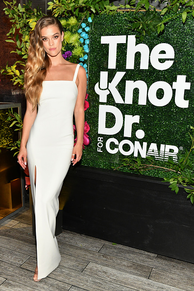 """Slit - Clothing「Nina Agdal And Sara & Erin Foster Celebrate """"Knot-A-Real-Wedding"""" In Honor Of Conair's The Knot Dr. Detangling Brush In NYC」:写真・画像(18)[壁紙.com]"""