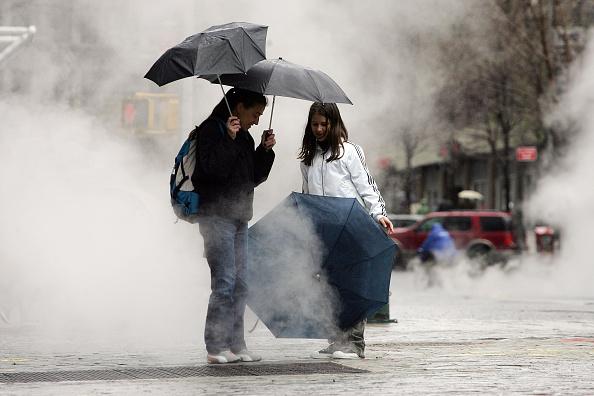 Umbrella「Nor'Easter Brings Record Rains, Floods To East Coast」:写真・画像(3)[壁紙.com]
