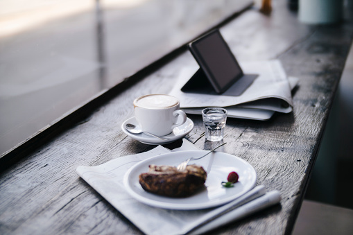 Sweet Food「Cake, coffee and tablet pc on a shelf in a cafe」:スマホ壁紙(5)