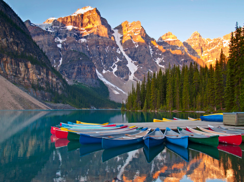 Moraine Lake「Sunrise on Moraine Lake and colorful canoes」:スマホ壁紙(5)