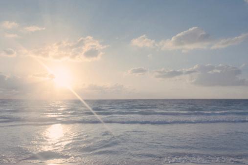 雲「Sunrise on beach with Ocean」:スマホ壁紙(9)