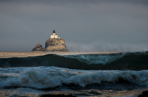 Cannon Beach「Early sunlight illuminates the old Tillamook Rock Lighthouse」:スマホ壁紙(17)