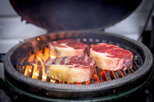 炎「Frying meat on grill」:スマホ壁紙(7)
