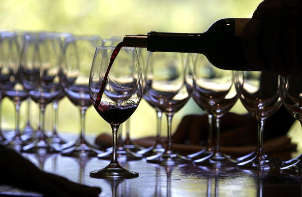 Pouring「Fall Harvest Underway At Napa Wineries」:写真・画像(9)[壁紙.com]