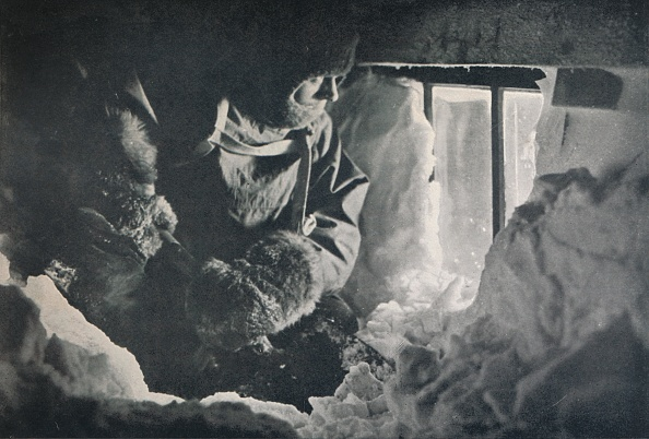 Ski Pole「Clearing Drift From Window Of Hut At Cape Adare」:写真・画像(10)[壁紙.com]