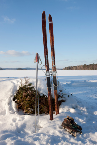 Skating「Skis and ice skates in winter landscape」:スマホ壁紙(17)