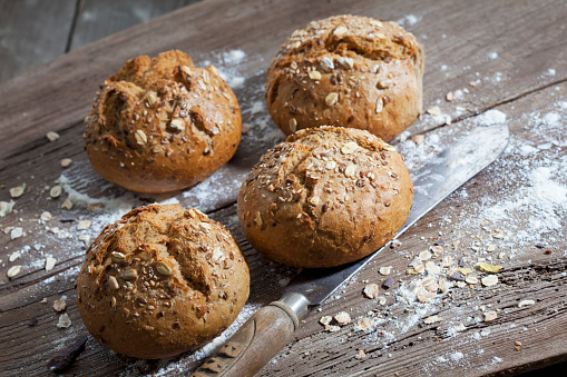 Bun - Bread「Wholemeal bread rolls, flour and old bread knife on wood」:スマホ壁紙(19)