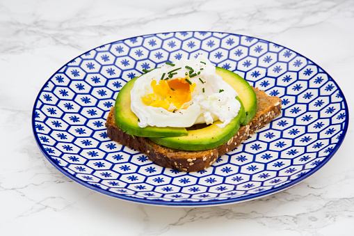 Poached Food「Wholemeal bread slices with sliced avocado and poached eggs on plate」:スマホ壁紙(17)