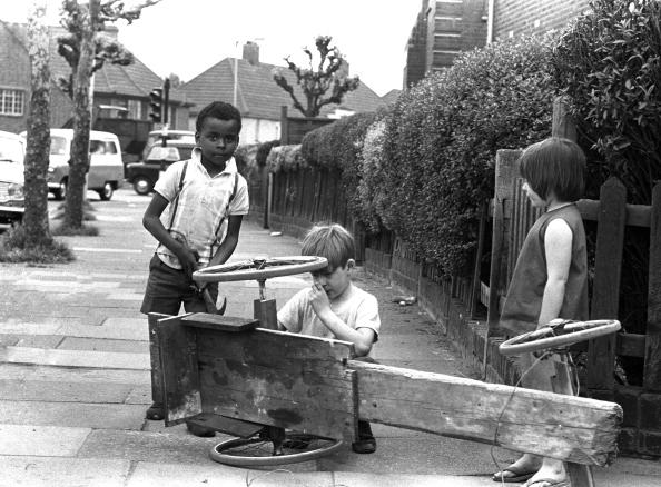 1970-1979「Children With Go-Cart」:写真・画像(2)[壁紙.com]